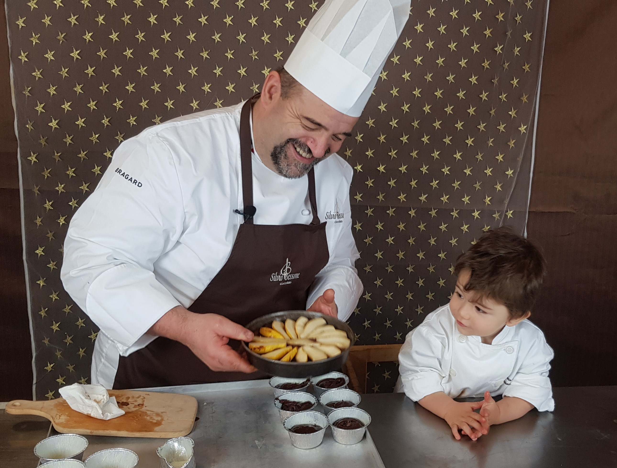 Io con mio nipotino leonardo mentre facciamo un tortino al Cioccolato
